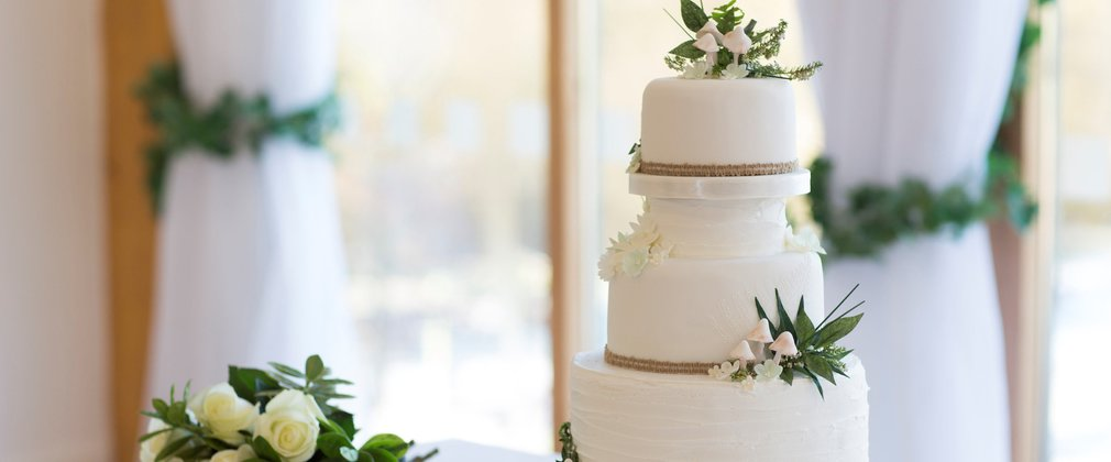 Dalby wedding cake and bouquet