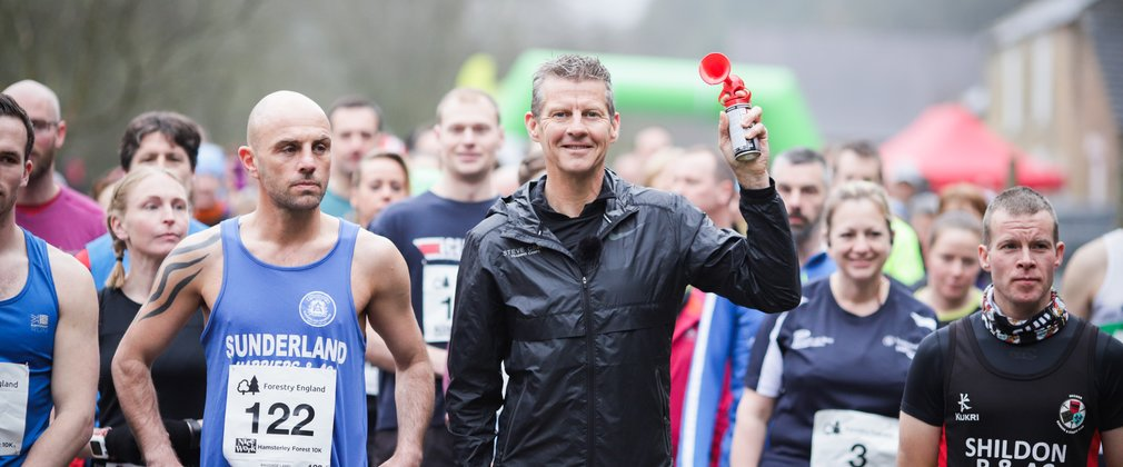 Steve Cram starting Hamsterley 10k race